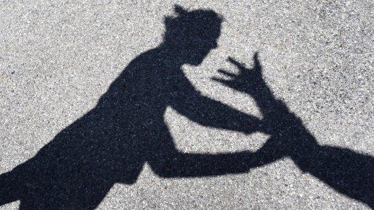 Ein Mann aus Dortmund wollte einer Frau helfen – dann passiert Schreckliches (Symbolbild).