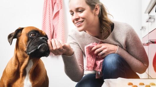 Wunschfutter-Geschäftsführerin Elizabeth Duck mit ihrer Hündin Izzy.