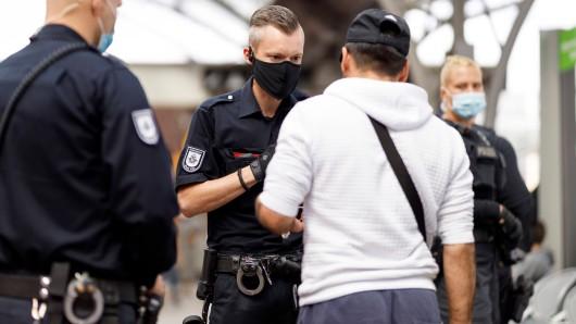 Bundespolizisten kontrollieren Personen am Bahnhof. (Symbolfoto)