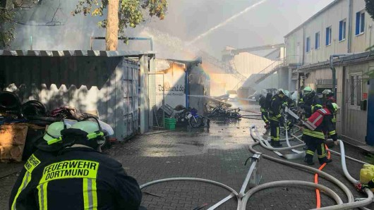Dortmund: Nach einem Großbrand in einer Werkstatt hatte die Polizei alle Hände voll zu tun.