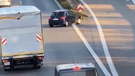 Das lebensgefährliche Manöver wird fortgesetzt. Ein weiteres Fahrzeug hinter dem Kleinlastwagen sieht das Auto spät, muss stark bremsen.