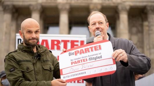 Martin Sonneborn (rechts), Europaabgeordneter und Vorsitzender von Die Partei überreicht dem Bundestagsabgeordneten Marco Bülow vor dem Reichstagsgebäude symbolisch den Mitgliedsausweis für den Eintritt in die Die Partei.
