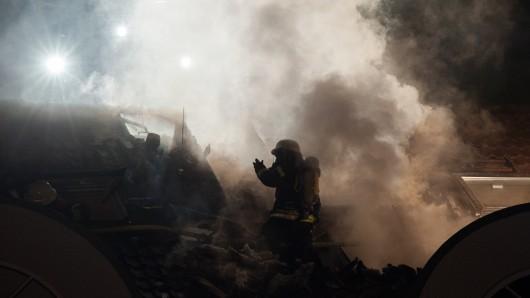Die Feuerwehr in Dortmund gerät bei Löscharbeiten unter Beschuss von Silvesterraketen. (Symbolbild)