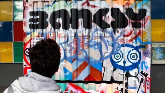 Banksy ist für seine kritischen Bilder wie dem hier in Russland bekannt. (Archivbild)