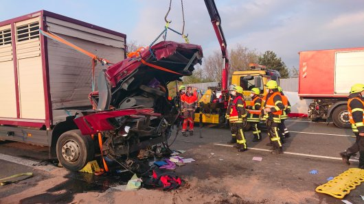 Schwerer Unfall auf der A1 bei Dortmund! Ein Lkw ist an einem Stauende auf einen anderen Lastwagen aufgefahren.