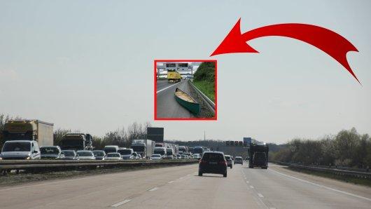 Gefährlich! Die Polizei in Dortmund hat ein Kanu mitten auf der Fahrbahn gefunden.