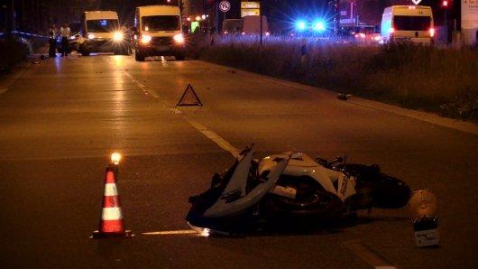 In der Nacht zum Sonntag ist ein Motorradfahrer beim Aufprall gegen einen Transporter verstorben.