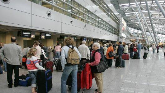 Am Düsseldorfer Flughafen könnten lange Schlangen in den anstehenden Sommerferien für üblen Stress sorgen.