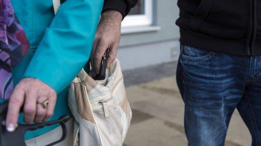 In Düsseldorf gaben sich Räuber am Freitagabend Touristen gegenüber als Drogenfahnder aus. Sie raubten ihnen in kürzester Zeit sehr viel Geld.