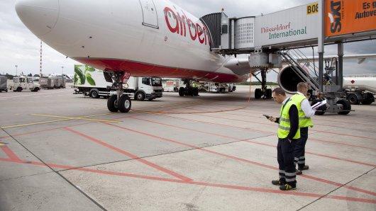 Der Flughafen Düsseldorf will trotz Millionenhilfen mehrere hundert Stellen abbauen. (Archivfoto)