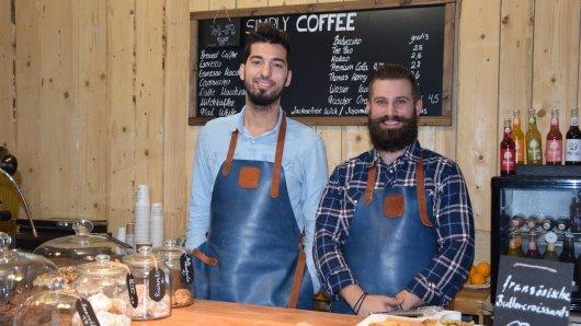 """Aki Bakogiannis und Christos Paschos haben das """"Simply Coffee"""" in Duisburg eröffnet. Sie haben ihre eigenen Kaffeesorten."""