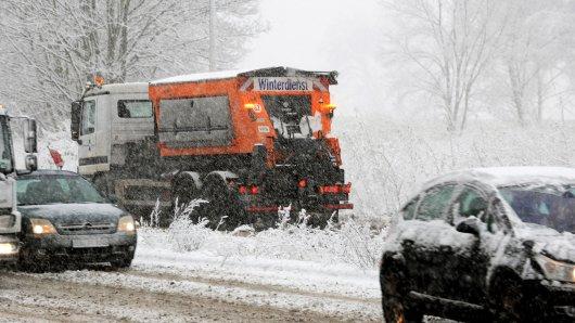 19 Großstreuer der Duisburger Wirtschaftsbetriebe stehen für den Wintereinbruch bereit (Archivaufnahme).