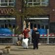 Ermittler und Spurensicherer stehen vor dem Café Vivo.