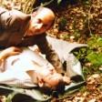 Mit den Ermittlern zurück an einem der alten Tatorte: Der Serienmörder Joachim Kroll sollte mit einem Polizisten nachstellen, wie und wo er seine Opfer überwältigt hatte. Dieses Bild stammt aus der alten Ermittlungsakte der Polizei.