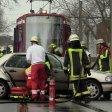 In Duisburg kollidierte ein Auto mit einer Straßenbahn.
