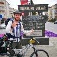 Duisburg und Ludwigshafen am Rhein sind die Partnerstädte von Gaziantep.  Sascha steht mit seinem Rad am Duisburg Boulevard in der Türkei.