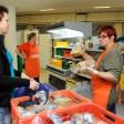 An der Duisburger Tafel in Duisburg Hochfeld bekommen alle Menschen, die Hilfe brauchen, Lebensmittel.