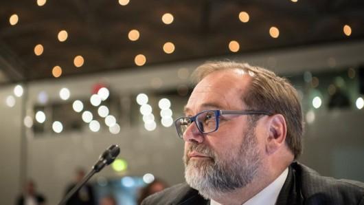 Adolf Sauerland, ehemaliger Oberbürgermeister von Duisburg, sitzt im Gerichtssaal des Loveparade-Prozesses in der Außenstelle des Landgerichts Duisburg. Sauerland ist als Zeuge geladen