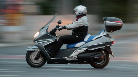 Ein 66-Jähriger hat sich am Freitagmittag bei einem Unfall mit seinem Roller schwer verletzt.
