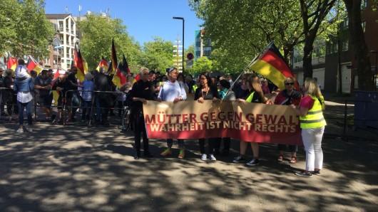 Bottroperin Mona Maja (mit Kopftuch links) trat in Duisburg bei der Pegida-Demonstration auch als Rednerin auf.
