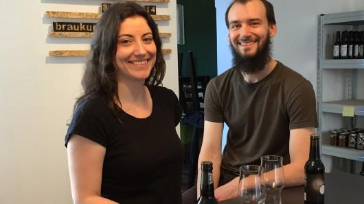 """Dominik Förderer und Janna Klatt eröffnen die """"Bierbude"""" in Duisburg."""