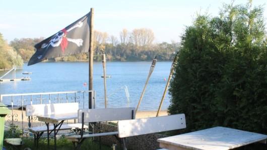 Die Piratenflagge weht am Freibad Großenbaum. Hier kann ab sofort nicht nur gebadet, sondern auch gefeiert werden.