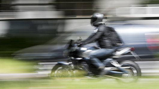 Bei einem Unfall in Duisburg verletzte sich der 51-jährige Motorradfahrer schwer.