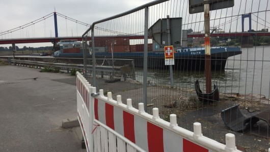 Ein Bauzaun am Hafenmund - kein schöner Anblick.