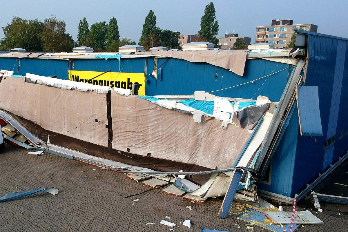 Unwetter Mit Starkregen über Duisburg Dach Eines Discounters Im