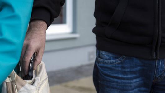 Ein Unbekannter raubte eine Seniorin (80) im Bochumer Altenheim aus. (Symbolbild)