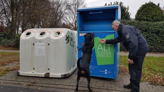 Die Polizei kontrolliert, seitdem sie die Babyleiche gefunden hat, massenhaft Container. Polizist Hendrik Richter zeigt zusammen mit einem Schutzhund in Duisburg, wie Leichenspürhunde arbeiten.