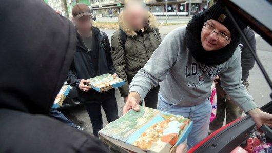 Jens Gindera beteiligt sich schon im vergangenen Jahr an dem Weihnachtsgeschenk für Obdachlose und verteilt Pizza aus seinem Kofferraum.