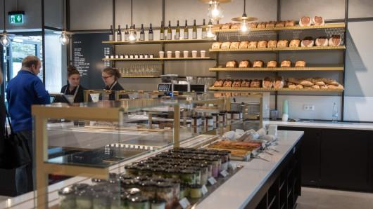 """Die Duisburger Werkstatt für Menschen mit Behinderung (kurz: WfbM) eröffnete am 07. November ihren AV Concept Store. Hier werden Produkte aus der Werkstatt, Mode der eigenen Linie """"esthétique"""", Pralinen, Getränke und Speisen unter einem Dach angeboten"""