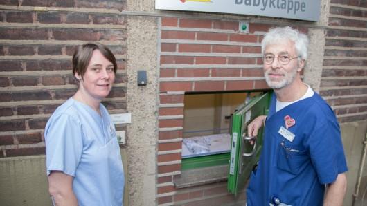 Stationsleiterin Regina Lange (l.) und Chefarzt der Kinderklinik Dr. Peter Seiffert (r.)