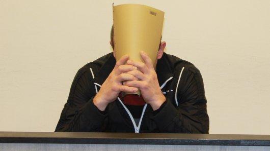 Der Angeklagte Nikolai K. mit seinem Rechtsanwalt vor dem Duisburger Landgericht. Er soll einen 82-Jährigen mit einer Axt erschlagen und ihn dann ausgeraubt haben.