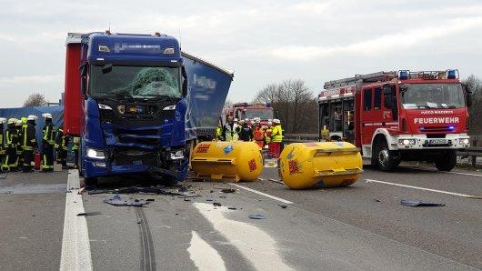 Die A42 ist aufgrund eines Lkw-Unfalls in Richtung Duisburg komplett gesperrt.