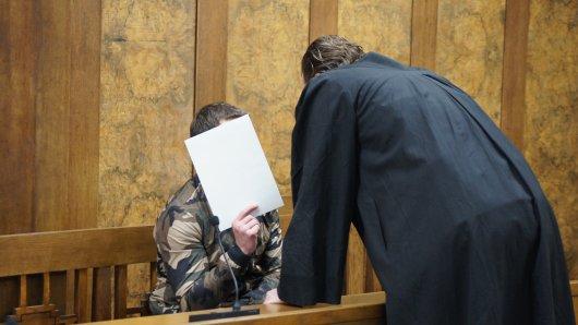 Nicolae P. (23) beim Prozessauftakt am Landgericht Duisburg. Der Vater soll sein acht Monate altes Kind getötet haben.