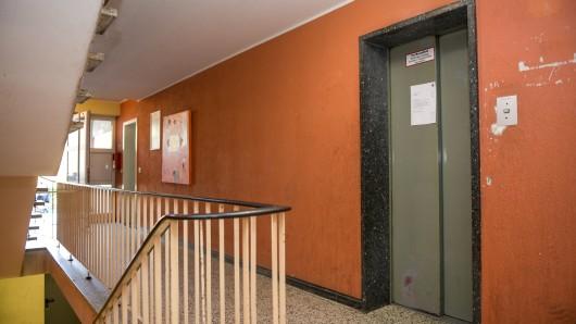 Seit drei Monaten ist der Aufzug in dem achtstöckigen Hochhaus mittlerweile defekt.