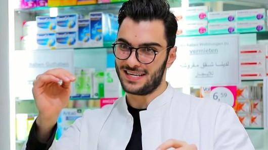 Der Duisburger Comedian Omar Meslmani (22) hier als Apotheker. Er macht Witze über Deutsche, Araber, Türken und Marokkaner und das mit Erfolg.