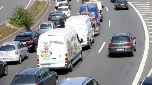 Die Sperrung der Abfahrt Duisburg-Duissern an der A59 dauert länger an als gedacht.