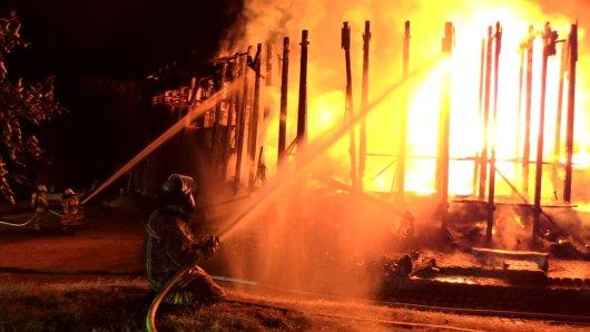 Die Niederrhein Therme in Duisburg brennt.