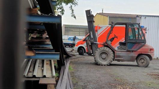 Die Metallteile stürzten von dem Gabelstapler in einem Gewerbegebiet in Duisburg auf den Arbeiter.