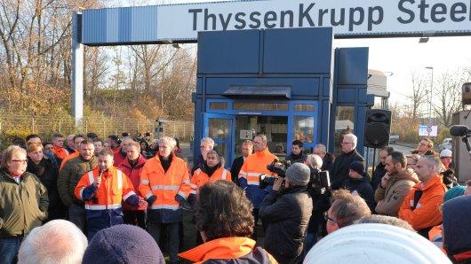Schon im Dezember 2019 bangten Mitarbeiter von Thyssenkrupp in Duisburg um ihre Jobs. (Archiv)