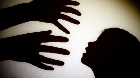 In Duisburg steht ein Mann vor Gericht, der seine minderjährige Tochter mehrmals missbrauchte und sogar schwängerte. (Symbolfoto)