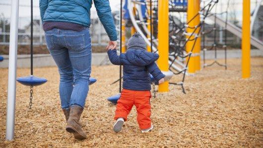 In Duisburg wurde aus dem Spielen einer Mutter mit ihrem Sohn plötzlich bitterer Ernst. (Symbolfoto)