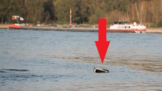 Dieses Ding schwimmt seit zwei Jahren im Rhein. Oder besser gesagt, wartet auf einer Sandbank.