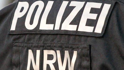 Als ein Duisburger mit seinem Wagen an der Ampel steht, geht plötzlich eine der Autoscheiben zu Bruch.  (Symbolbild)