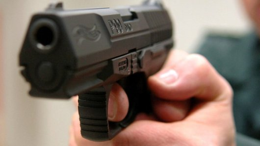 Ein Mann bedrohte von seinem Wohnungsfenster aus Passanten mit einer Waffe