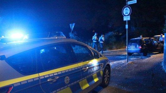 Die Polizei untersucht ein zuvor gestohlenes Fahrzeug, mit dem drei 17-Jährige geflüchtet waren, nachdem sie in Krefeld ein Bekleidungsgeschäft überfallen hatten. Die Jugendlichen sind in Duisburg festgenommen worden.
