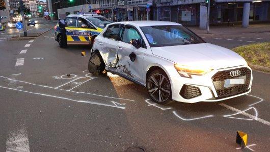 In Duisburg wurde eine unbeteiligte Frau bei einem illegalen Autorennen verletzt.